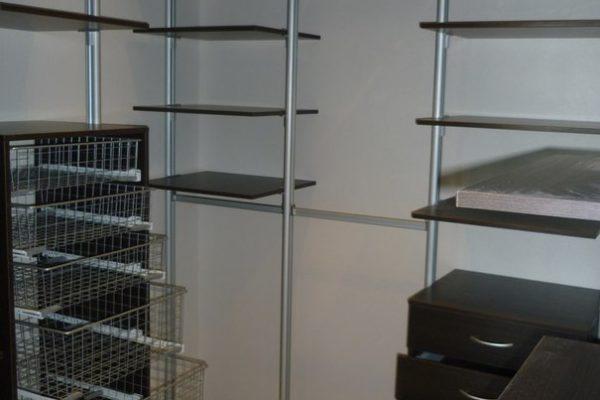 Гардеробная комната с корзинами для белья