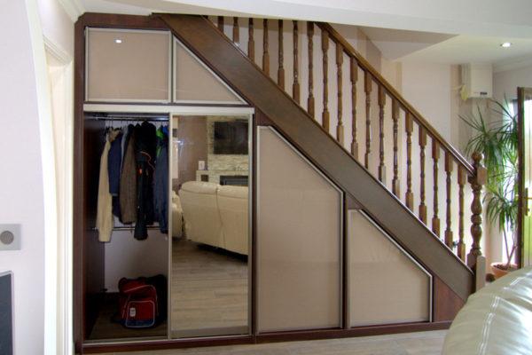 Гардеробная под лестницей