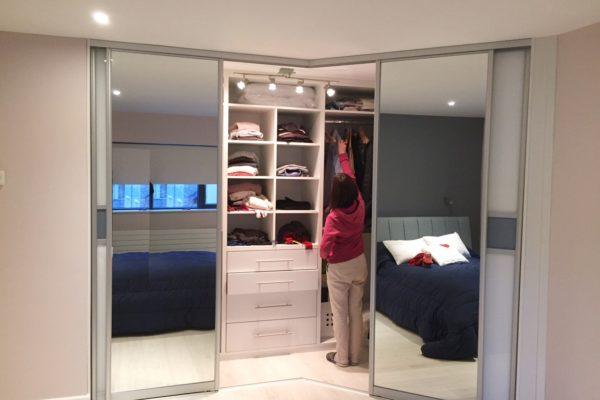 Угловая гардеробная с зеркалами