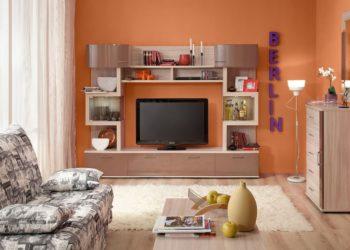 Светлая гостиная стенка под ТВ