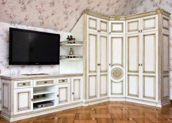 Угловая гостиная стенка с патиной в классическом стиле
