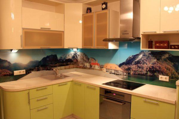 Радиусная угловая кухня с фотопечатью на фартуке