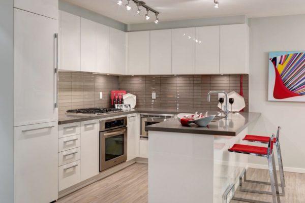 П-образная кухня с белыми фасадами