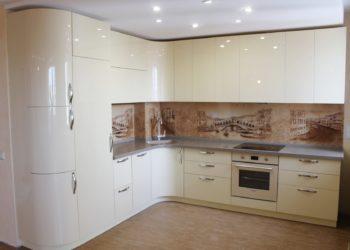 Угловая кухня из пластика бежевого цвета