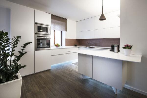 Белая кухня с фасадами МДФ пластик