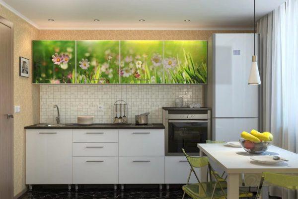 Кухня с фотопечатью травы на верхних фасадах